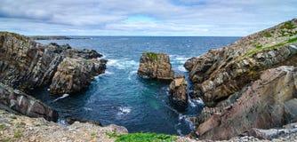 Огромные утесы и выходы на поверхность валуна вдоль береговой линии Bonavista накидки в Ньюфаундленде, Канаде стоковое фото rf