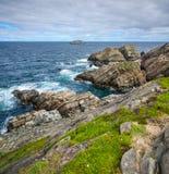 Огромные утесы и выходы на поверхность валуна вдоль береговой линии Bonavista накидки в Ньюфаундленде, Канаде Стоковые Фото