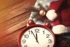 Огромные часы и шляпа Santas с пузырями Стоковые Изображения RF