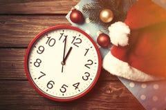 Огромные часы и шляпа Santas с пузырями Стоковые Фото