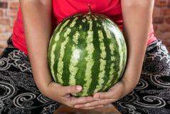 Огромный арбуз в руке Стоковая Фотография