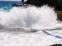 Огромный брызг пены моря от большой волны моря Стоковая Фотография