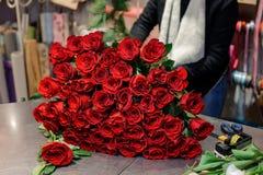 Огромный букет красных роз лежа на таблице Стоковое фото RF