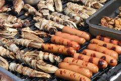 Огромный внешний гриль барбекю с сосиской испек radicchio Стоковое Фото