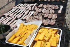 Огромный внешний гриль барбекю с сосиской и маяком свинины Стоковые Изображения RF