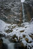 Огромный водопад в зиме предусматриванной в снеге Стоковая Фотография