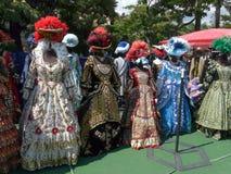 Огромный выбор средневековых костюмов с красивыми орнаментами и шикарными шляпами Стоковые Изображения RF