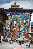 Огромный гуру Rinpoche Thangka висит на центральной башне, Trashi Chhoe Dzong, Тхимпху, Бутане стоковое изображение rf