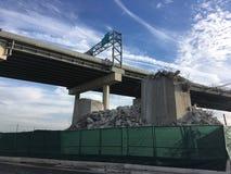 Огромный загубленный мост в Нью-Йорке зона рафинировки масла оборудования промышленная самая новая Стоковые Фотографии RF