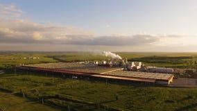 Огромный конкретный завод с трубами среди полей вид с воздуха акции видеоматериалы