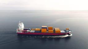Огромный контейнеровоз плавая в море сток-видео