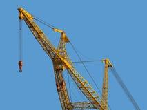 Огромный кран конструкции против ясного голубого неба Стоковое Изображение
