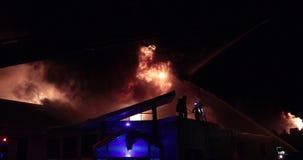 Огромный огонь пылая в коммерчески здании сток-видео