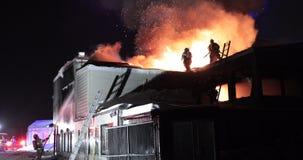 Огромный огонь пылая в коммерчески здании акции видеоматериалы