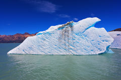 Огромный плавать айсберга Стоковое Изображение RF