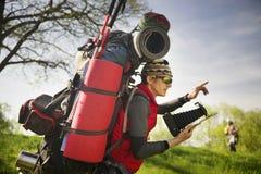 Огромный рюкзак послушника в горах Стоковое Фото