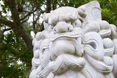 Огромный собак-лев Komainu как святыня Izanagi статуи камня попечителя на острове Awaji в Японии стоковое фото rf