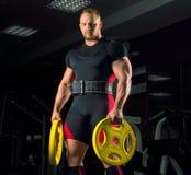 Огромный спортсмен держит 2 диска Стоковая Фотография RF