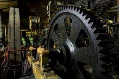 Огромный cog катит внутри промышленную залу Стоковые Фотографии RF