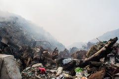 Огромный Mountain View свалки мусора вполне сора, пластичных бутылок, хлама и другой погани на острове Thilafushi тропическом Стоковое Изображение