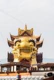 Огромным прогулочный катер gaily-покрашенный драконом Стоковое Изображение RF