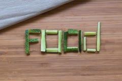 Огурец куска на деревянной предпосылке Стоковое фото RF