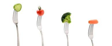 Огурец, tomatoe вишни, морковь и брокколи на вилках изолированных на белизне Стоковые Фото