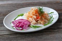 огурцы фасолей dish свежие зажаренные томаты сердцевин вегетарианские Sauerkraut с морковами, красными украшенными луками, стоковые фото