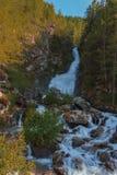 Оглушающее waterrfall падая от ледников в национальном равенстве Стоковые Изображения