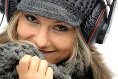 одевает зиму наушников девушки Стоковые Изображения RF