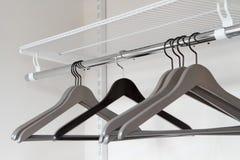 Одевает серые вешалки в пустом шкафе, крупном плане Стоковое фото RF