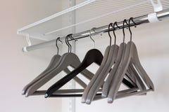 Одевает серые вешалки в пустом шкафе, крупном плане Стоковое Фото