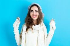 одевает счастливых детенышей женщины зимы Стоковое Изображение RF