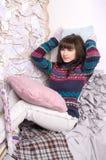 одевает уютную зиму интерьера девушки Стоковое фото RF