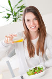 одевать свежий салат оливки масла Стоковые Фото