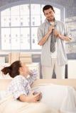 одевать утро человека ся вверх по детенышам стоковая фотография