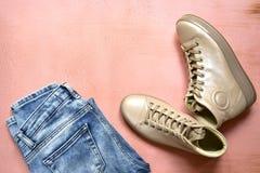 Одежда женщины установила - ботинки и голубые джинсы Взгляд сверху с экземпляром s Стоковые Фото