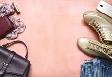 Одежда женщины установила - ботинки и голубые джинсы Взгляд сверху с экземпляром s Стоковое Фото