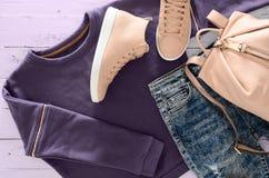Одежда женщин, аксессуары, фуфайка обуви фиолетовая, кислота Стоковые Изображения RF