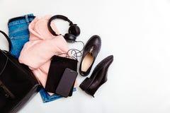 Одежда и аксессуары моды женщин Женский коллаж молодости на белом взгляде сверху предпосылки Плоский план в женственном взгляде с стоковое изображение rf