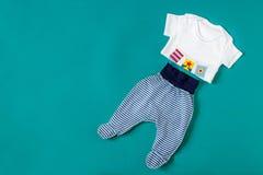Одежда младенца Концепция новорождённых, материнство, забота, образ жизни Стоковая Фотография