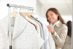 Одежда - одежды покупкы женщины Стоковое Фото