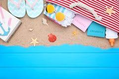 Одежда с seashells и паспортами стоковое фото