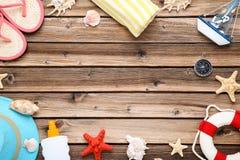 Одежда с seashells и солнцезащитным кремом стоковые изображения