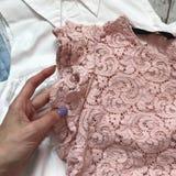 Одежда ` s женщин на деревянном конце-вверх предпосылки стоковое фото rf