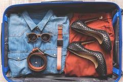 Одежды женщины в чемодане Стоковые Изображения RF