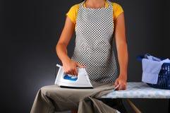 Одежды женщины утюживя Стоковые Фотографии RF