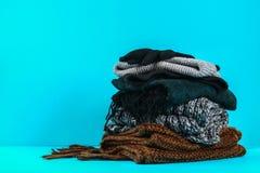 Одежды зимы и осени, шляпы, шарфы, перчатки на голубой пастельной предпосылке Стоковое Изображение RF