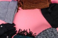 Одежды зимы и осени, шляпы, шарфы, перчатки на фиолетовой пастельной предпосылке Стоковые Фото