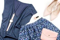 Одежды и аксессуары женщины непринужденного стиля лета современные - голубые верхняя часть и юбка, розовые насосы с муфтой Взгляд Стоковая Фотография RF
